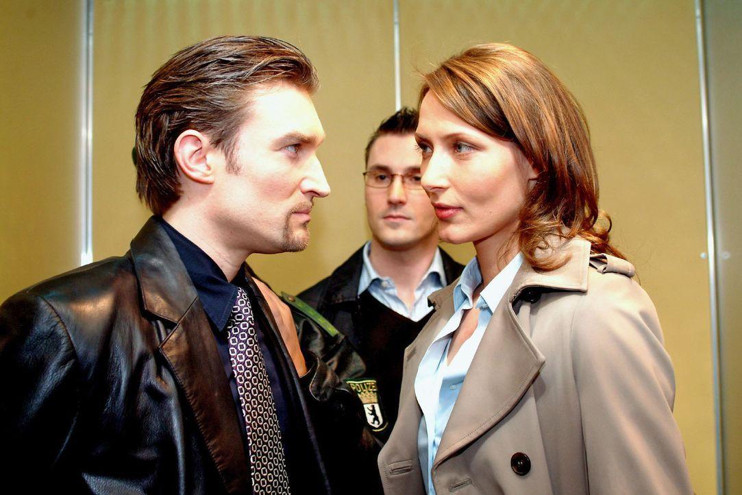 Richard (Karim Köster, l.) behauptet gegenüber Kommissarin Dorn (Ina Rudolph, r. ), unschuldig zu sein. - Bildquelle: Monika Schürle Sat.1