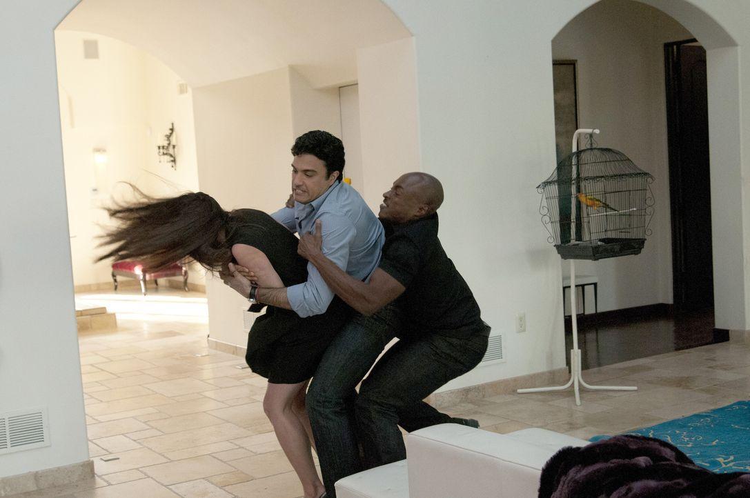 Während Valentina versucht, ihre Gefühle zu Remi zu kontrollieren, muss Sam (Wolé Parks, r.) Carmen (Roselyn Sanchez, l.) vor ihrem Ehemann Oscar (J... - Bildquelle: ABC Studios