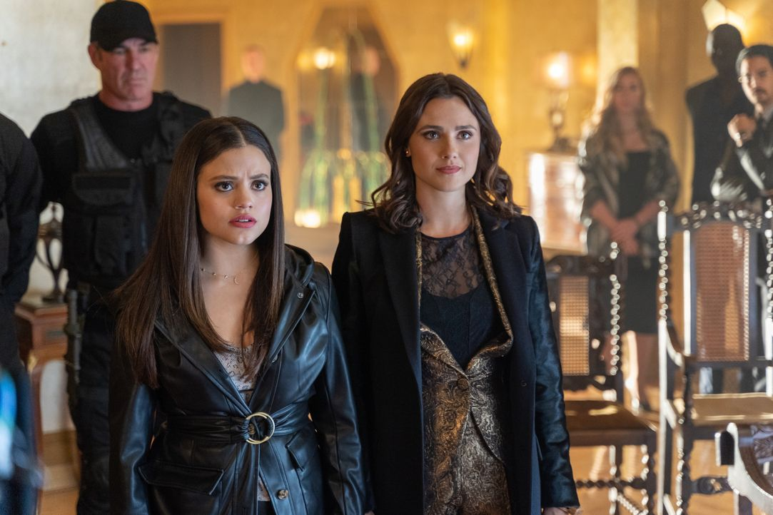 Maggie Vera (Sarah Jeffery, l.); Abigael (Poppy Drayton, r.) - Bildquelle: Colin Bentley 2019 The CW Network, LLC. All Rights Reserved. / Colin Bentley