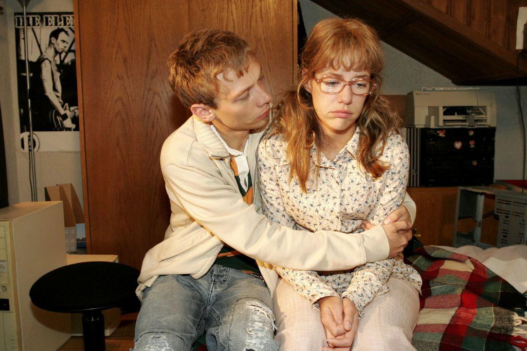 Jürgen (Oliver Bokern, l.) versucht Lisa (Alexandra Neldel, r.) so gut er kann zu trösten. (Dieses Foto von Alexandra Neldel darf nur in Zusammenhan... - Bildquelle: Monika Schürle SAT.1 / Monika Schürle