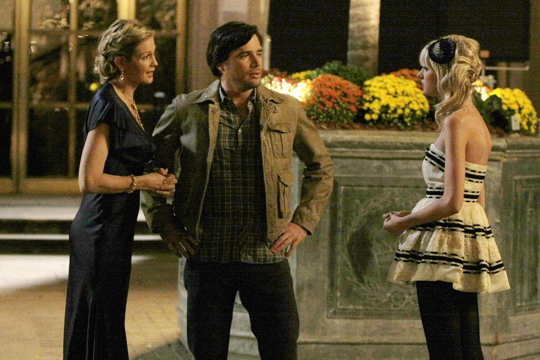 Rufus (Matthew Settle, M.) ist entsetzt über Jennys (Taylor Momsen, r.) Verhalten und will sie zur Rechenschaft ziehen. Doch dann taucht plötzlich L... - Bildquelle: Warner Bros. Television