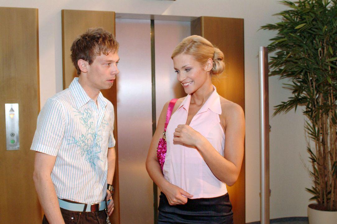 Sabrina (Nina-Friederike Gnädig, r.) versucht, Jürgen (Oliver Bokern, l.), der wegen des Autokaufs langsam unruhig wird, hinzuhalten. - Bildquelle: Sat.1