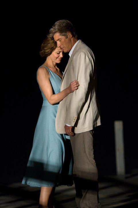 Als Adrienne (Diane Lane, l.) und Paul (Richard Gere, r.) aufeinandertreffen, verändert sich ihr Leben - für immer ... - Bildquelle: Warner Bros.