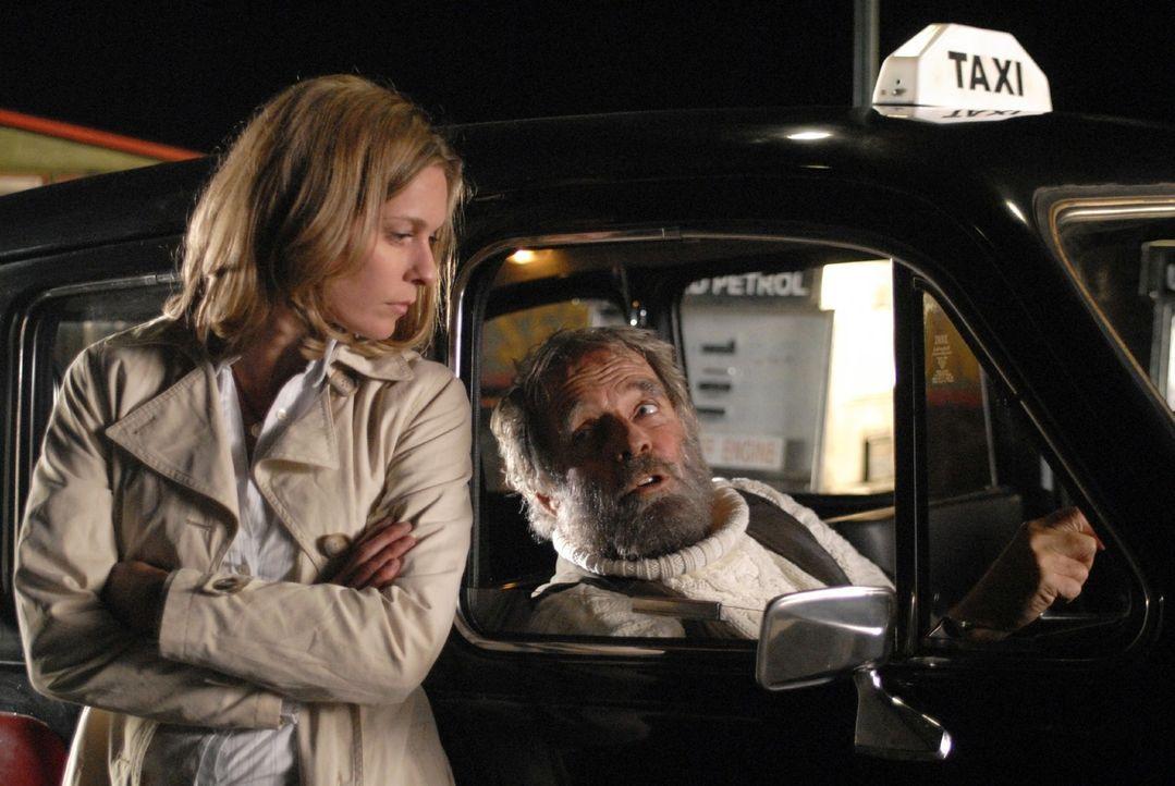 Anna (Lisa Martinek, l.) ist Tim besorgt nachgefahren, doch kurz vor dem Ziel streikt der merkwürdige Taxifahrer (Thomas Fritsch, r.) und sie müss... - Bildquelle: Sat.1