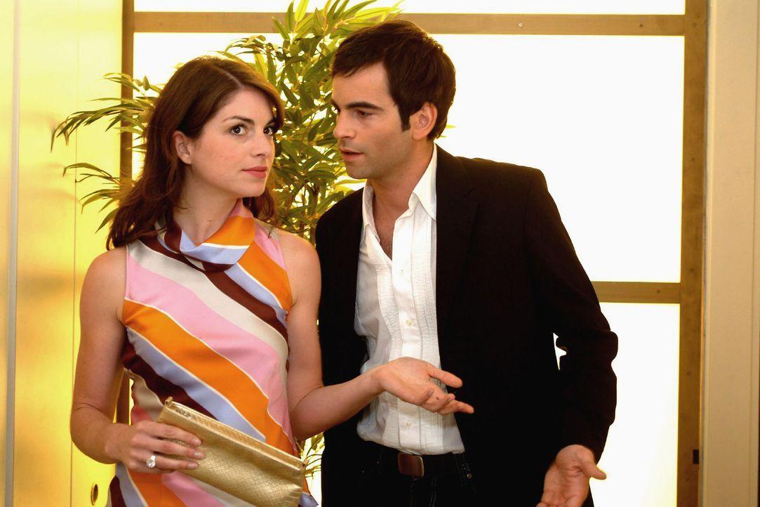 David (Mathis Künzler, r.) weist kategorisch Mariellas (Bianca Hein, l.) Rat zurück, sich mit Richard zusammenzusetzen und zu reden. - Bildquelle: Sat.1
