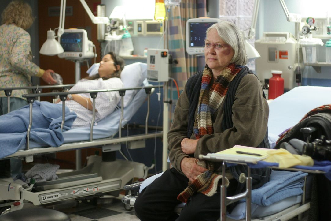 Birdy (Louise Fletcher, r.) wurde in einen mysteriösen Überfall verwickelt. Doch die gutmütige Frau will keine Anzeige erstatten, da sie der Meinung... - Bildquelle: WARNER BROS