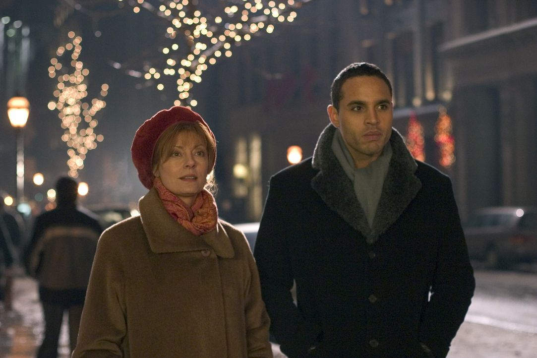 Weihnachten in New York: Marco (Daniel Sunjata, r.) und Rose (Susan Sarandon, l.) ... - Bildquelle: Red Rose Productions LLC