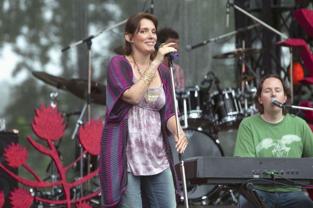 Auch die amerikanische Sängerin Rain Perry tritt beim Festival auf und gibt das Titellied der Serie zum Besten... - Bildquelle: The CW   2010 The CW Network, LLC. All Rights Reserved