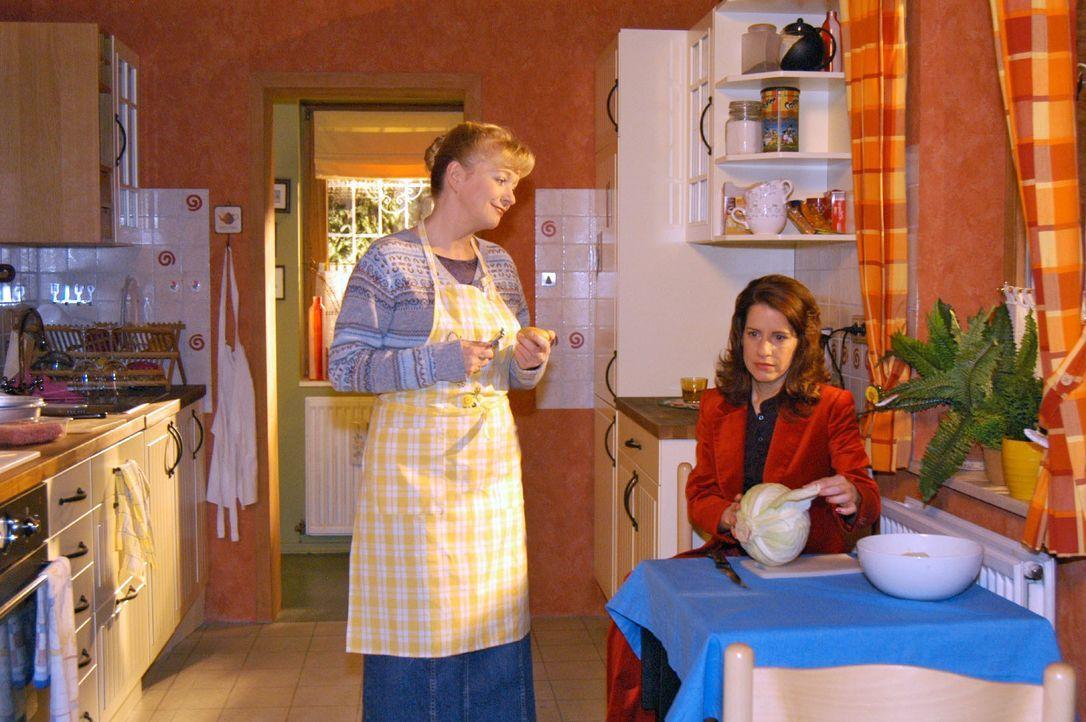 Helga (Ulrike Mai, l.) hofft, nach Agnes' Weggang eine  Freundschaft mit Inka (Stefanie Höner, r.) aufzubauen. Doch die beiden tun sich schwer mitei... - Bildquelle: Monika Schürle SAT.1 / Monika Schürle