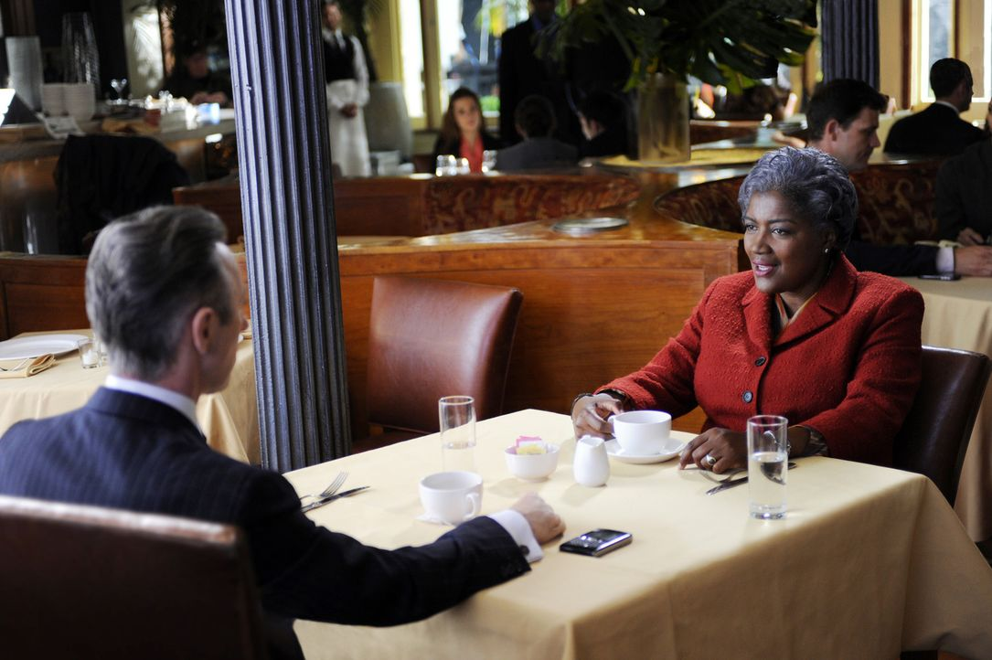 Eli (Alan Cumming, l.) hofft, dass Donna Brazil (Donna Brazil, r.) Peter im Kampf um den Posten als Gouverneur unterstützen wird ... - Bildquelle: 2011 CBS Broadcasting Inc. All Rights Reserved.