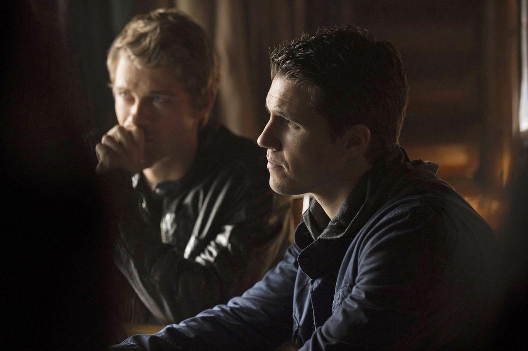 Noch ahnt Stephen (Robbie Amell, r.) nicht, was John (Luke Mitchell, l.) alles vor seinen Freunden verbirgt ... - Bildquelle: Warner Bros. Entertainment, Inc