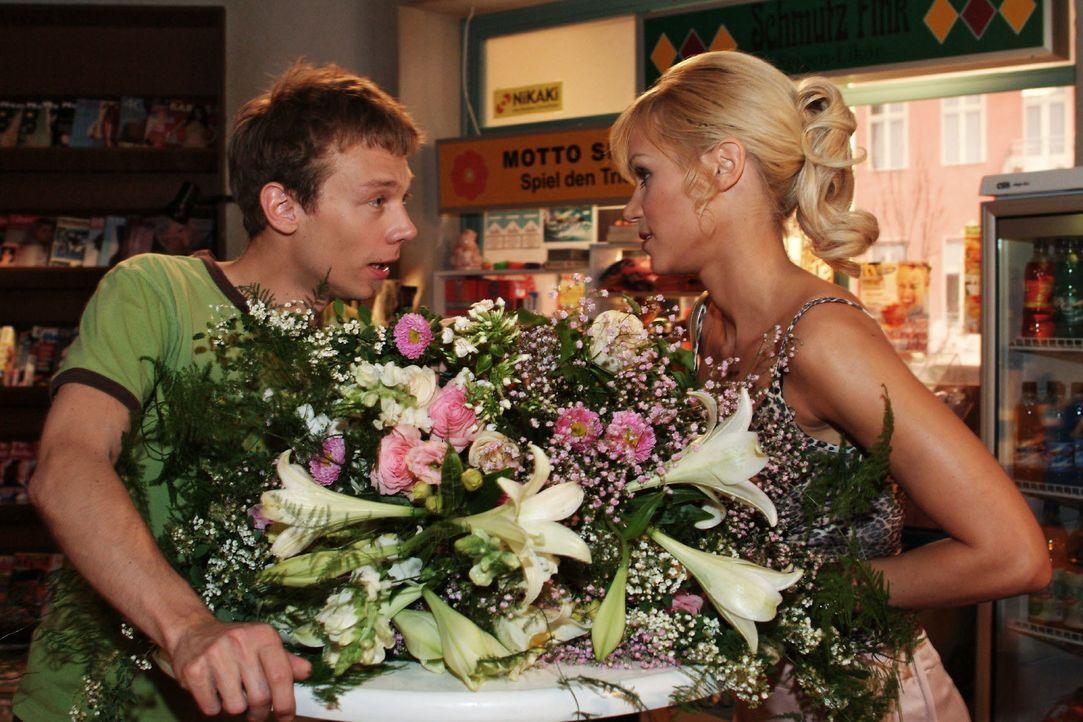 Jürgen (Oliver Bokern, l.) konfrontiert Sabrina (Nina-Friederike Gnädig, r.) mit ihren klischeehaften Vorurteilen gegenüber Dubai, was diese nachden... - Bildquelle: Monika Schürle SAT.1 / Monika Schürle