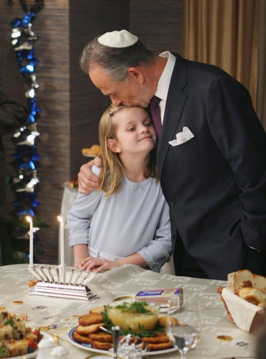 Feiern ein Chanukka-Fest: Paige (Kerris Lilla Dorsey, l.) und Saul (Ron Rifkin, r.) ... - Bildquelle: Disney - ABC International Television