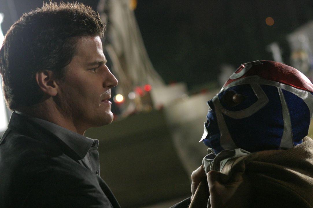 Angel (David Boreanaz, l.) bekommt es mit einem aztekischen Dämon, der alle fünfzig Jahre von den Toten aufersteht, zu tun ... - Bildquelle: The WB Television Network