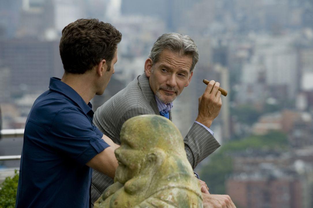 Boris (Campbell Scott, r.) bietet Hank Lawson (Mark Feuerstein, l.) die Hilfe seiner Anwälte an, doch der will die Sache lieber selbst in die Hand n... - Bildquelle: USA Network