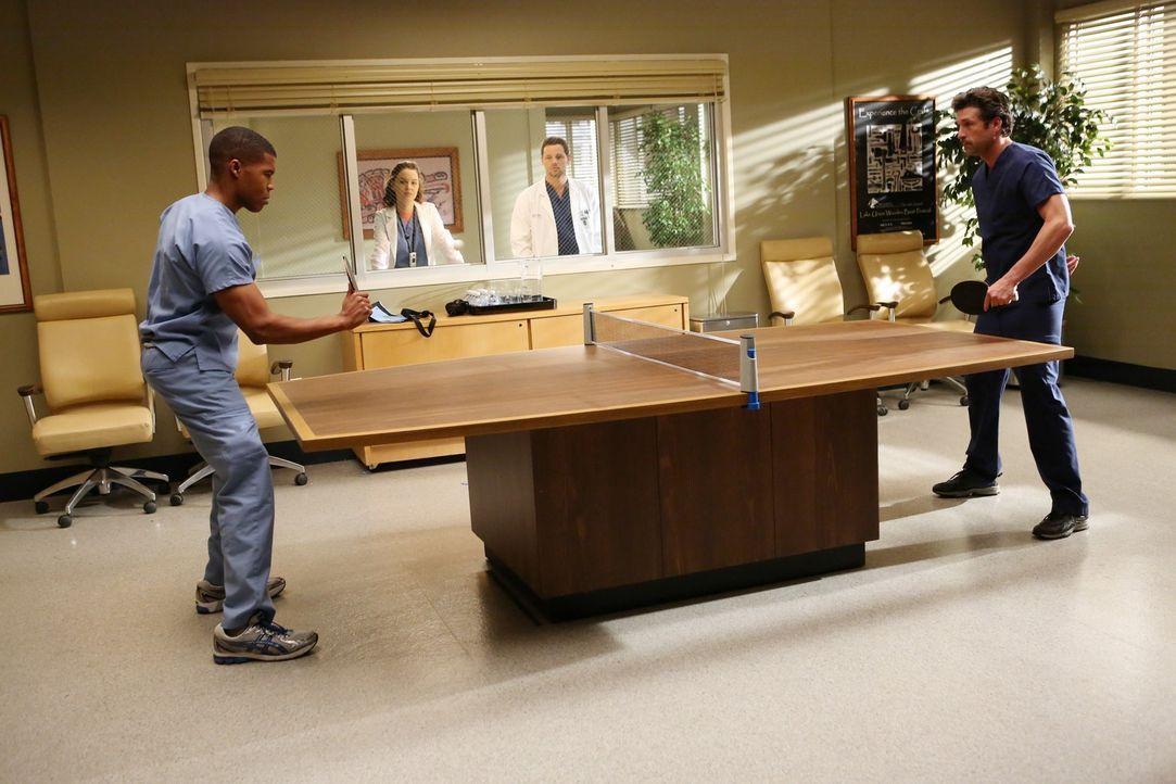 Nach und nach bekommen Derek (Patrick Dempsey, r.) und Shane (Gaius Charles, l.) Zuschauer, die sogar Wetten abschließen: Alex (Justin Chambers, 2.v... - Bildquelle: ABC Studios