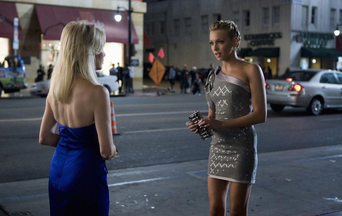 Ella (Katie Cassidy, r.) hat ihre intrigante Chefin Amanda (Heather Locklear, l.) nicht überzeugt - bekommt sie noch eine zweite Chance oder folgt... - Bildquelle: 2009 The CW Network, LLC. All rights reserved.