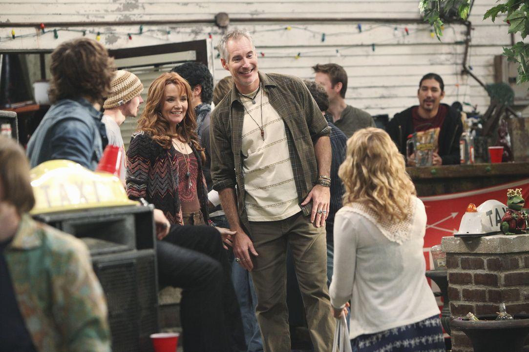 Cappies (Scott Michael Foster, l.) Eltern April (Lea Thompson, 2.v.l.) und Tobias (Jim Abele, vorne 2.v.r.) tauchen überraschenderweise auf und freu... - Bildquelle: 2010 Disney Enterprises, Inc. All rights reserved.