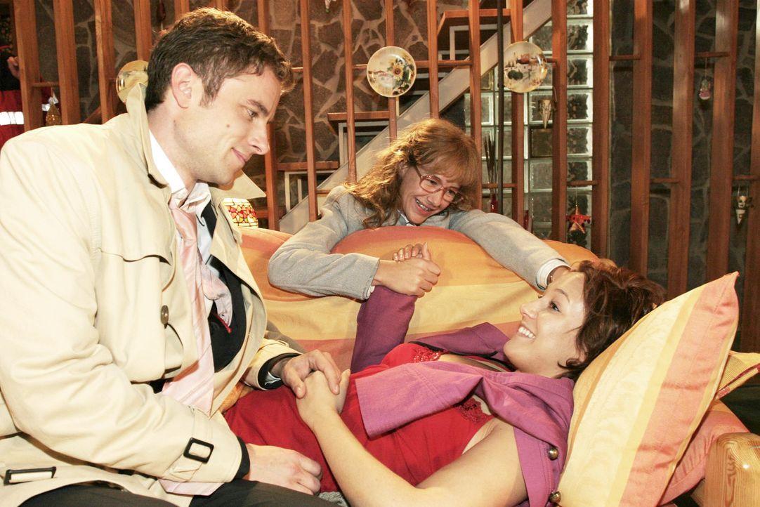 Max (Alexander Sternberg, l.) und Lisa (Alexandra Neldel, M.) sind froh, dass es Yvonne (Bärbel Schleker, r.) wieder besser geht. (Dieses Foto von A... - Bildquelle: Noreen Flynn SAT.1 / Noreen Flynn