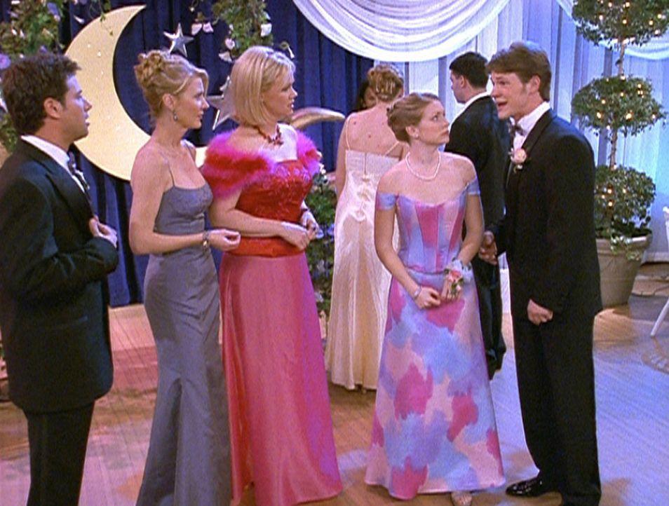 Sabrina (Melissa Joan Hart, 2.v.r.) will es sowohl ihren Tanten Zelda (Beth Broderick, 2.v.l.) und Hilda (Caroline Rhea, M.) als auch Harvey (Nate R... - Bildquelle: Paramount Pictures