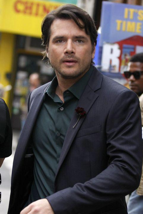 Rufus (Matthew Settle) läuft seiner baldigen Ehefrau hinterher. - Bildquelle: Warner Brothers