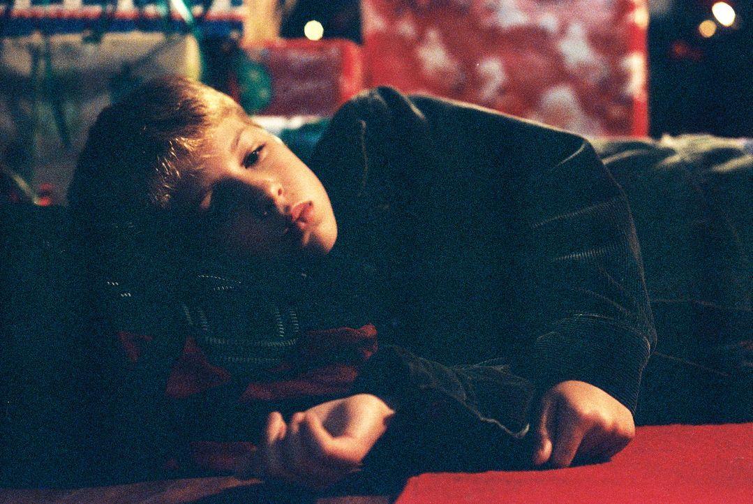 Der kleine Jimmy (Alexander Conti) hat nur einen einzigen Wunsch: Er möchte gerne bei seiner Schwester leben ... - Bildquelle: TM &   2012 CBS Studios Inc. All Rights Reserved.