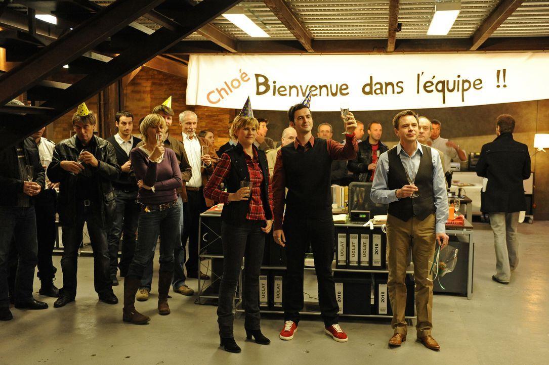 Als plötzlich Fred (Vanessa Valence, vorne l.), Hyppolite (Raphaël Ferret, vorne M.) und der Doc (Guillaume de Tonquedec, vorne r.) mit Partyhüten v... - Bildquelle: 2008 - Beaubourg Audiovisuel/BeFilms/RTBF (Télévision Belge)