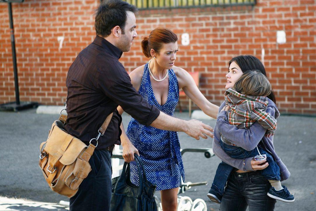 Cooper (Paul Adelstein, l.) und Addison (Kate Walsh, 2.v.l.) merken, dass es um den kleinen Elliot schlecht steht. Gemeinsam mit der obdachlosen Mut... - Bildquelle: ABC Studios