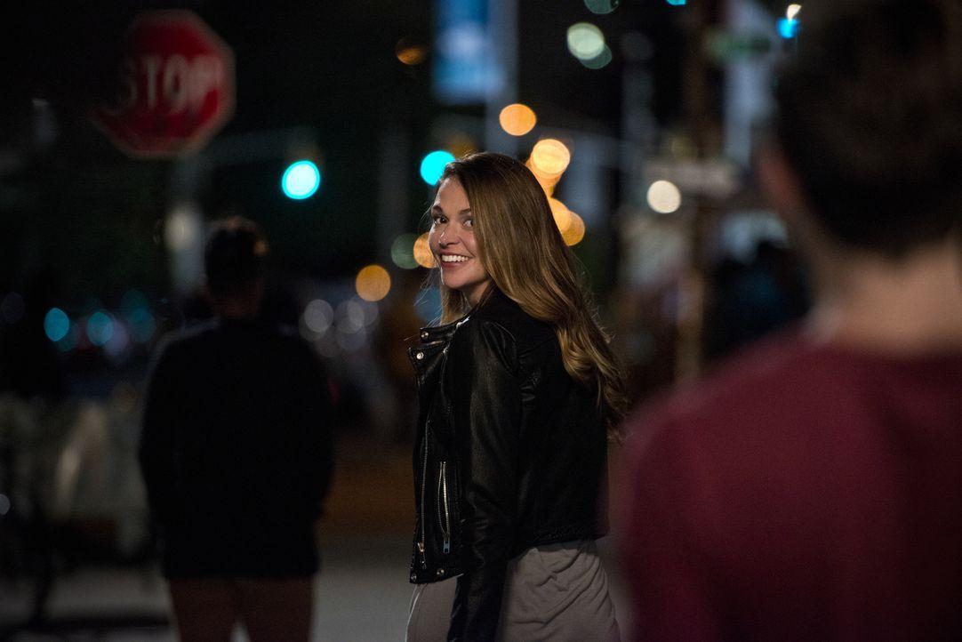 Als Liza (Sutton Foster) zufällig einer alten Freundin über den Weg läuft, organisiert diese gleich ein Date für sie - mit einem Mann, der ebenfalls... - Bildquelle: Hudson Street Productions Inc 2015