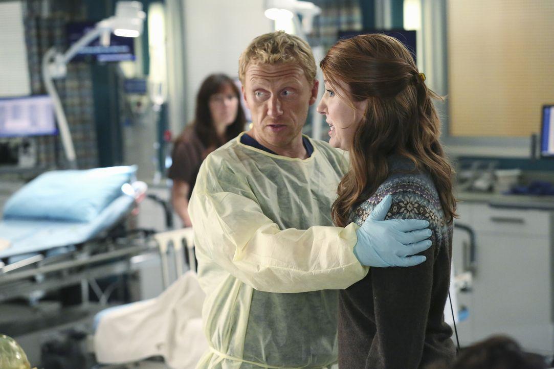 Der Anblick von Amelia bringt die Tochter eines Patienten (Jessica Gardner, r.) so in Rage, dass Owen (Kevin McKidd, l.) sie beruhigen muss ... - Bildquelle: ABC Studios