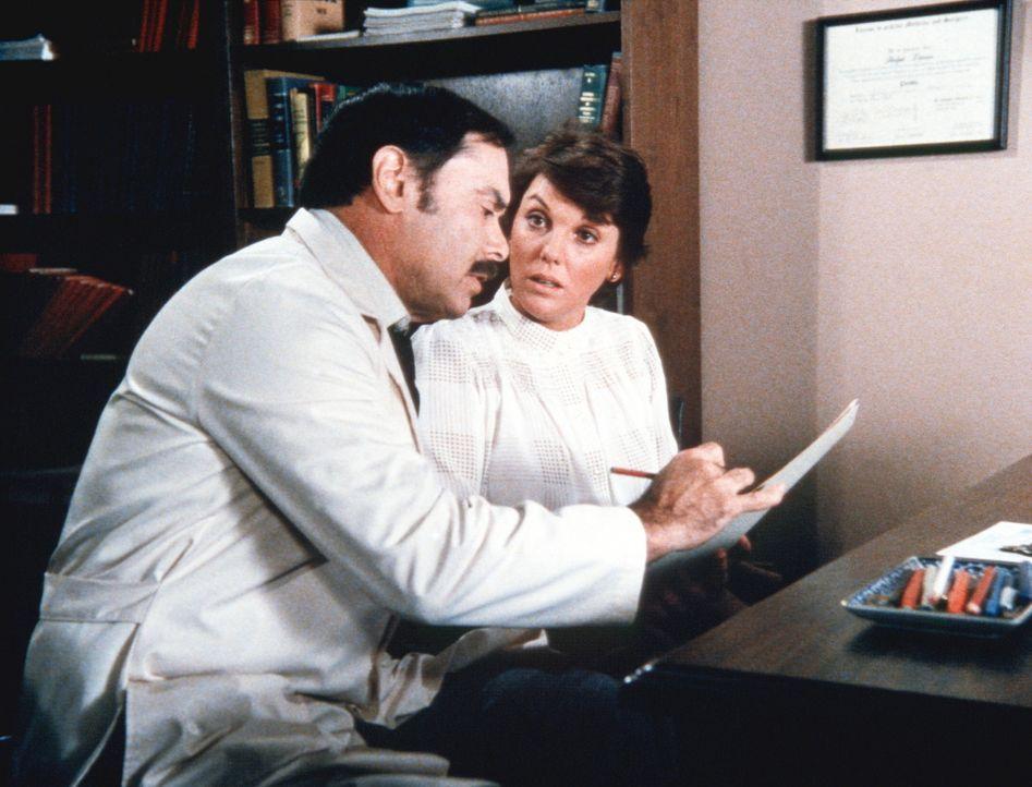 Lacey (Tyne Daly, r.) konsultiert einen zweiten Arzt, der ihr zu ihrer großen Erleichterung erklärt, dass man die Knoten entfernen kann, ohne ihre... - Bildquelle: ORION PICTURES CORPORATION. ALL RIGHTS RESERVED.