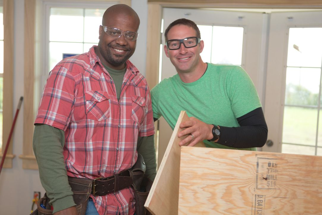 Gemeinsam mit Chris Grundy (l.) macht sich Josh Temple (r.) an sein neuestes Projekt: Am North Carolina Shore soll ein Haus modernisiert werden. All... - Bildquelle: Adrian Henson 2013,DIY Network/Scripps Networks, LLC. All Rights Reserved.