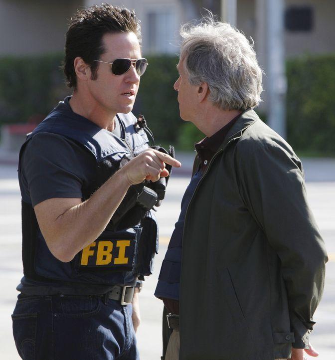 Don Eppes' (Rob Morrow, l.) FBI-Team bearbeitet eine Reihe von Banküberfällen, für die der ehemalige FBI-Ermittler Bloom (Henry Winkler, r.) als Hau... - Bildquelle: Paramount Network Television