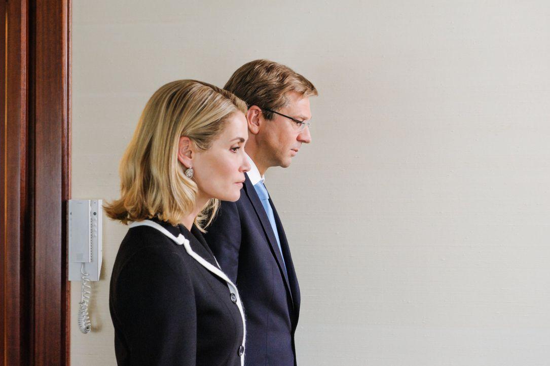 Es ist der 17. Februar 2012: An der Seite seiner Ehefrau Bettina (Anja Kling, l.) erklärt Bundespräsident Christian Wulff (Kai Wiesinger, r.) im Sch... - Bildquelle: Stefan Erhard SAT.1