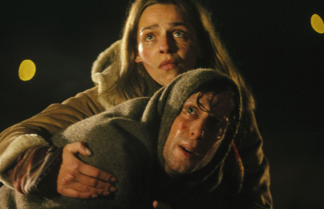 Erbarmungslos schlagen ihre unbekannten Gegner zu. Die Situation in Prag wird für Lenny (Oliver Korittke, vorne) und Helena (Lucie Zednicková-Poko... - Bildquelle: Jiri Hanzl ProSieben