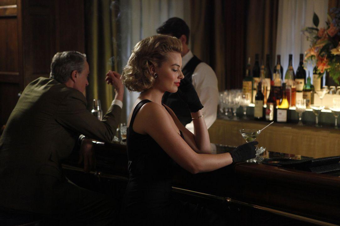 Sie ist sich ihrer Gefühle nicht sicher, aber Ted mit einer anderen Frau zu sehen, gefällt Laura (Margot Robbie, l.) ganz und gar nicht ... - Bildquelle: 2011 Sony Pictures Television Inc.  All Rights Reserved.