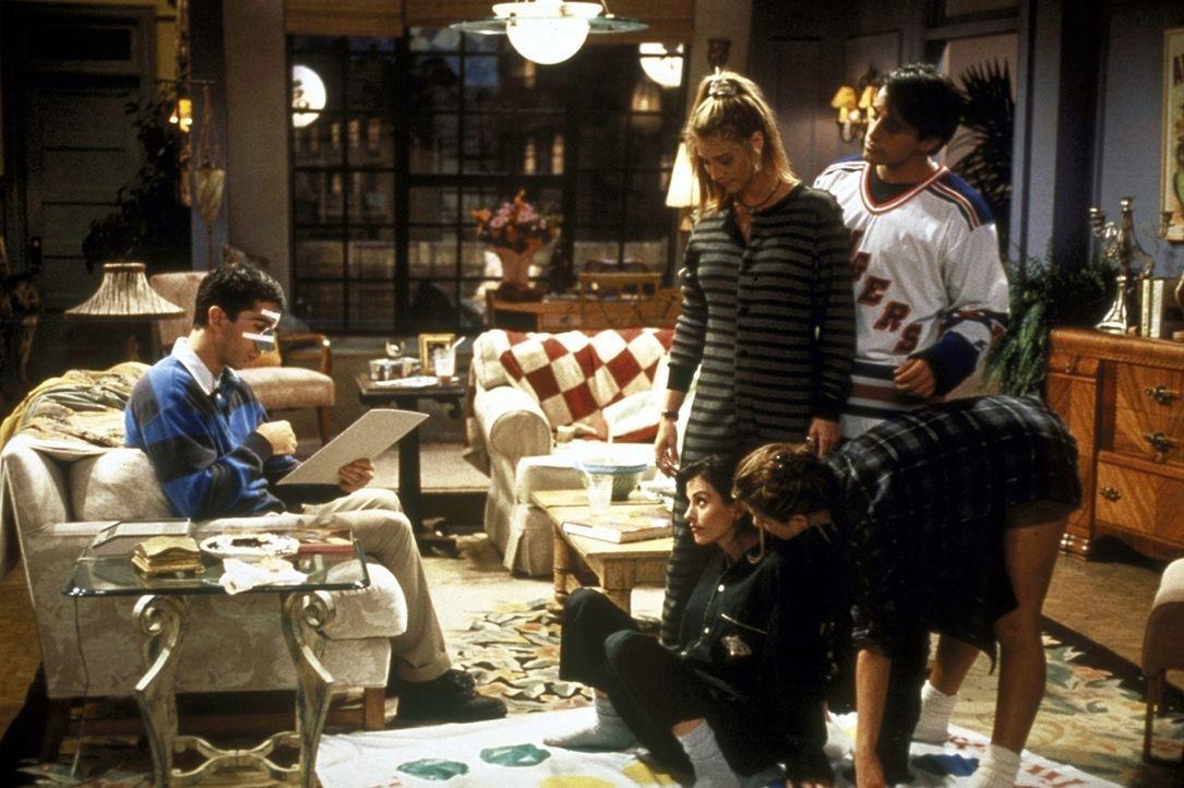 Ross (David Schwimmer, l.), der von einem Puck getroffen wurde, sitz auf dem Sofa und beobachtet das heitere Gruppenspiel seiner Freunde. - Bildquelle: TM+  2000 WARNER BROS.
