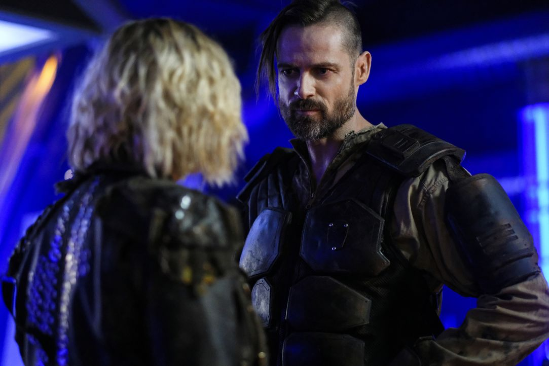 Clarke (Eliza Taylor, l.); McCreary (William Miller, r.) - Bildquelle: Robert Falconer 2018 The CW Network, LLC. All rights reserved./Robert Falconer
