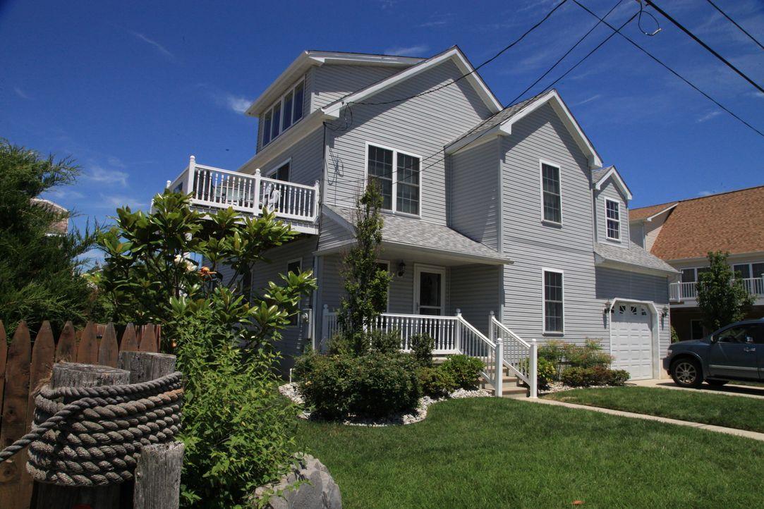 Ein vielbeschäftigtes Pärchen gönnt sich an der sonnigen Küste New Jerseys e... - Bildquelle: 2014, HGTV/Scripps Networks, LLC. All Rights Reserved.