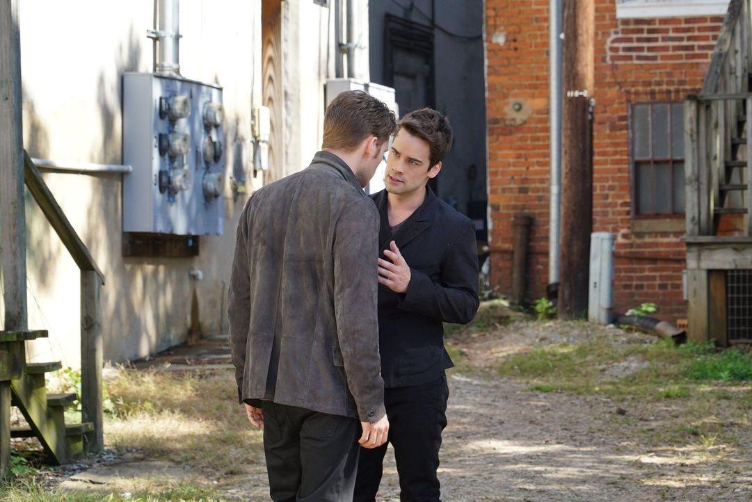 Lucien (Andrew Lees, r.) vermutet, dass Klaus (Joseph Morgan, l.) geradewegs in eine Falle läuft und das gefällt ihm als Mitglied von Klaus' Blutlin... - Bildquelle: Warner Bros. Entertainment Inc.