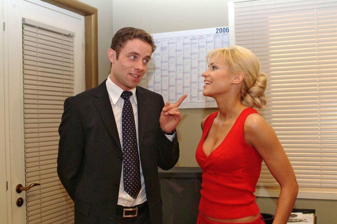 Max (Alexander Sternberg, l.) muss schmunzeln, als Sabrina (Nina-Friederike Gnädig, r.) eine Assistentin für sich einfordert. - Bildquelle: Monika Schürle SAT.1 / Monika Schürle