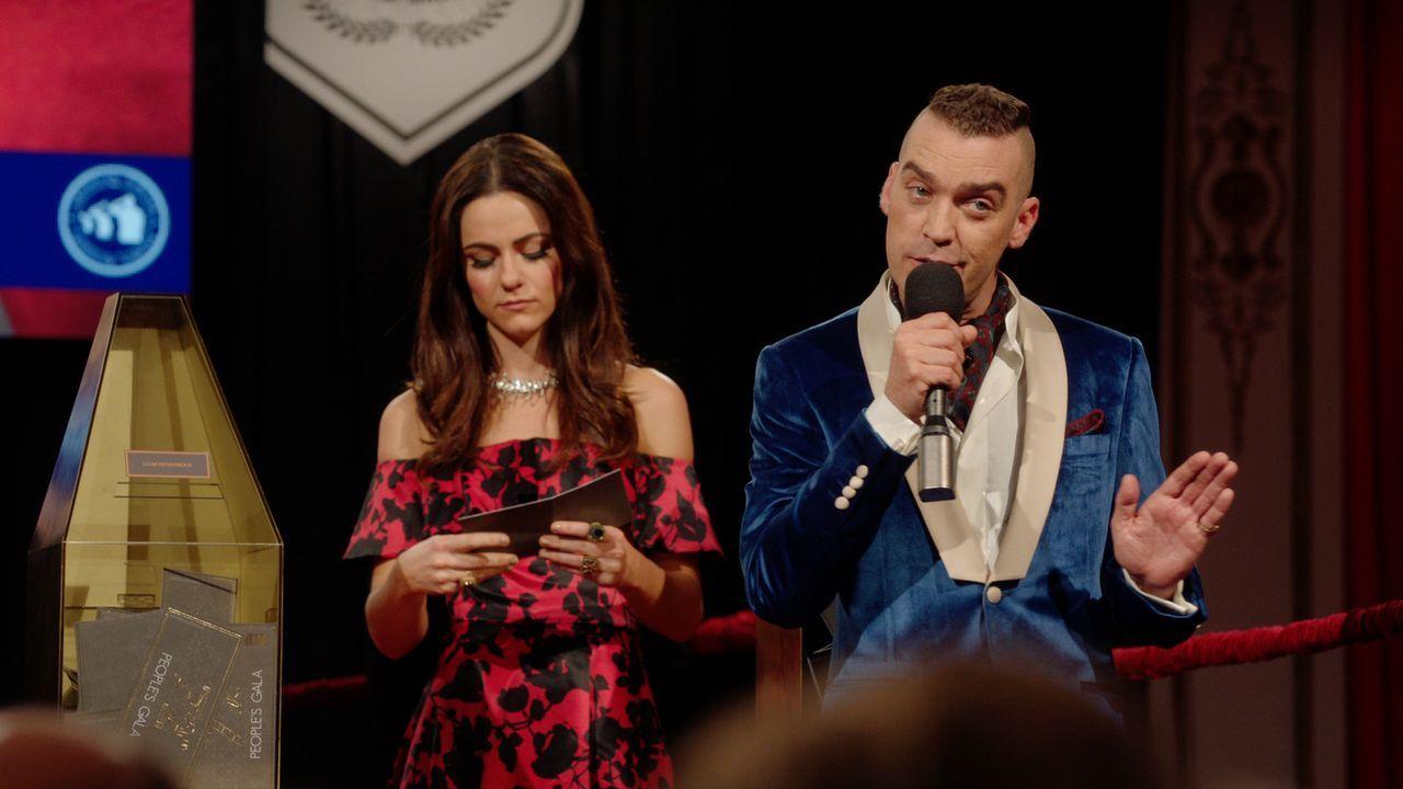 Die königliche Familie bereitet sich auf die Peoples-Gala vor, bei der jedes Familienmitglied für gute Zwecke versteigert wird:  Cyrus (Jake Maskall... - Bildquelle: 2016 E! Entertainment Television, LLC