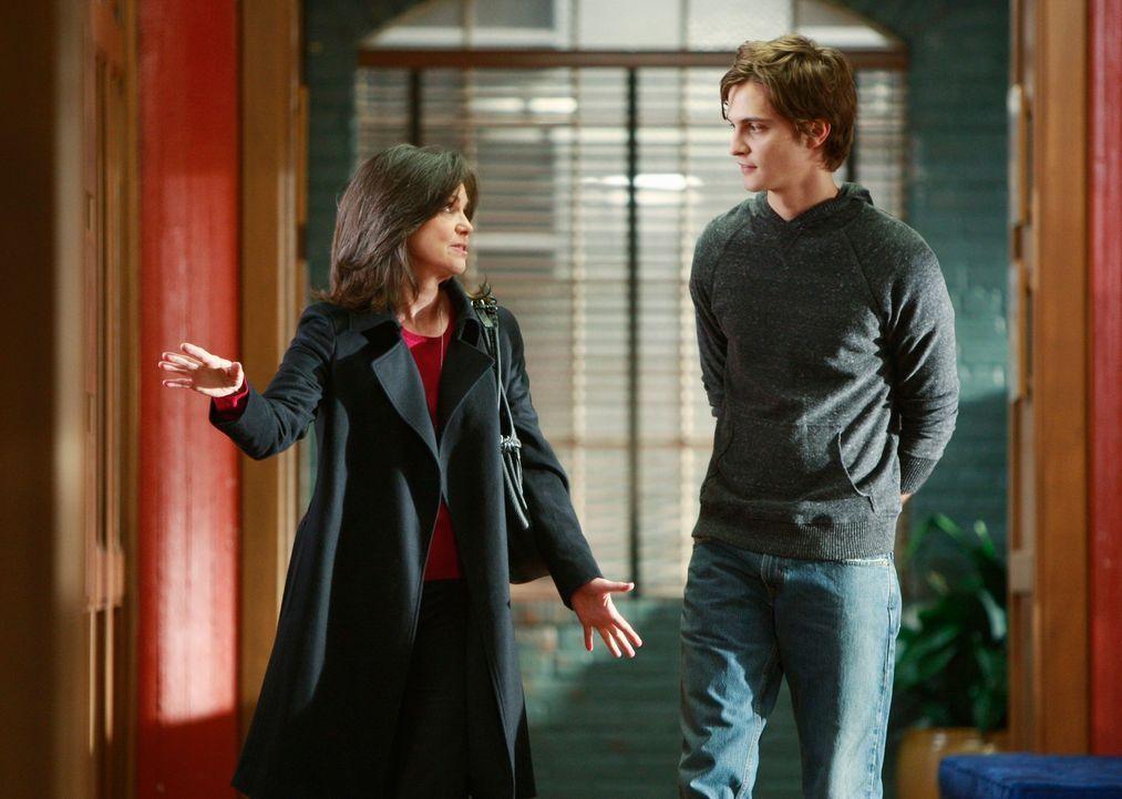 Nora Walker (Sally Field, l.) veranstaltet ein Familien-Abendessen, damit Ryan (Luke Grimes, r.) und seine Halbgeschwister sich endlich kennen lernen. - Bildquelle: 2008 ABC INC.