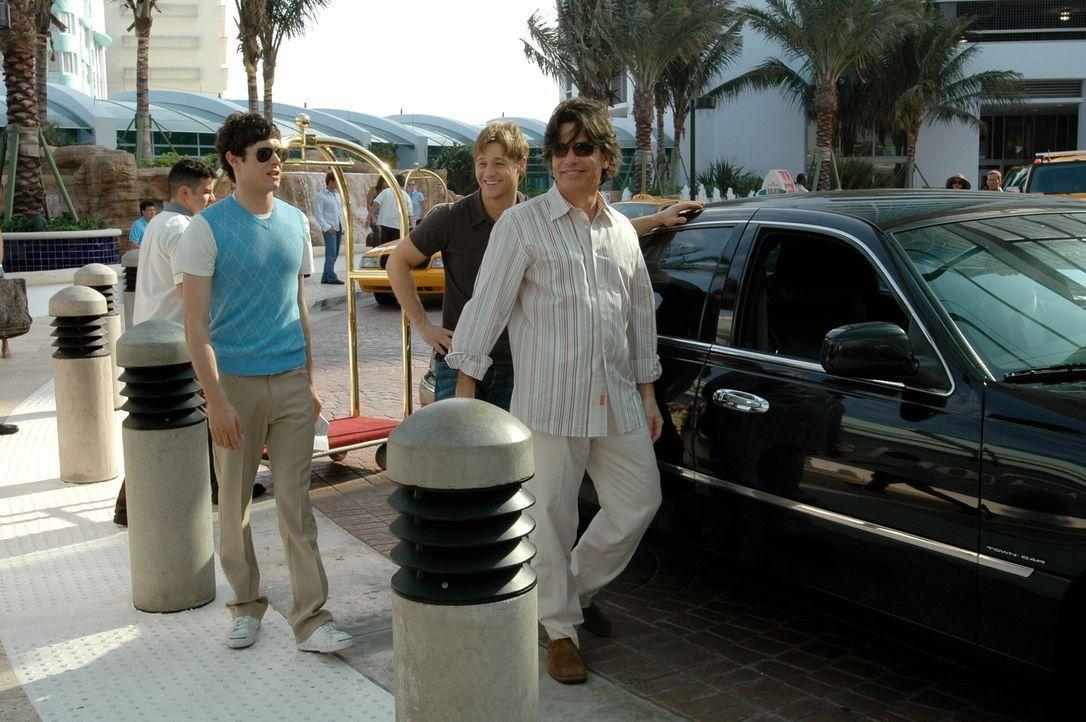 Um zu sehen, wie es Nana geht, reisen Seth (Adam Brody, l.), Sandy (Peter Gallagher, r.) und Ryan (Benjamin McKenzie, M.) nach Florida .... - Bildquelle: Warner Bros. Television