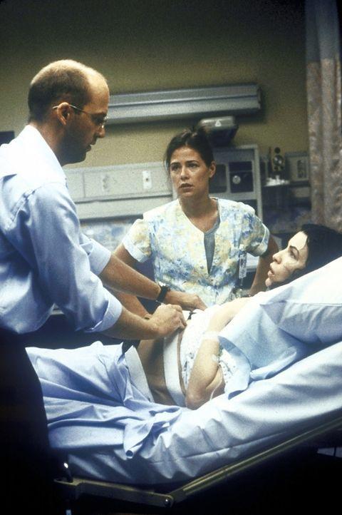 Die hochschwangere Carol (Julianna Margulies) wird von Dr. Greene (Anthony Edwards, l.) und Abby (Maura Tierney, M.) gründlichst untersucht. - Bildquelle: TM+  2000 WARNER BROS.