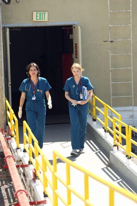 Geballte Frauenpower: Dr. Eva Zambrano (Lana Parilla, l.) und Dr. Serena Warren (Elisabeth Harnois, r.) ... - Bildquelle: Warner Brothers
