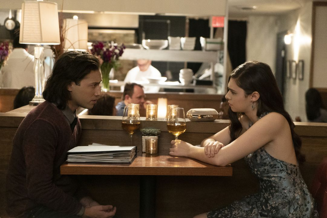 Querl (Jesse Rath, l.); Nia Nal ((Nicole Maines, r.) - Bildquelle: Shane Harvey 2018 The CW Network, LLC. All Rights Reserved.