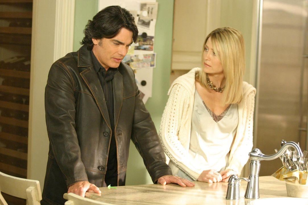 Nachdem Max gestorben ist, will Rebecca will nicht mehr in Newport bleiben. Sie bittet Sandy (Peter Gallagher, l.), sich persönlich von ihr zu vera... - Bildquelle: Warner Bros. Television