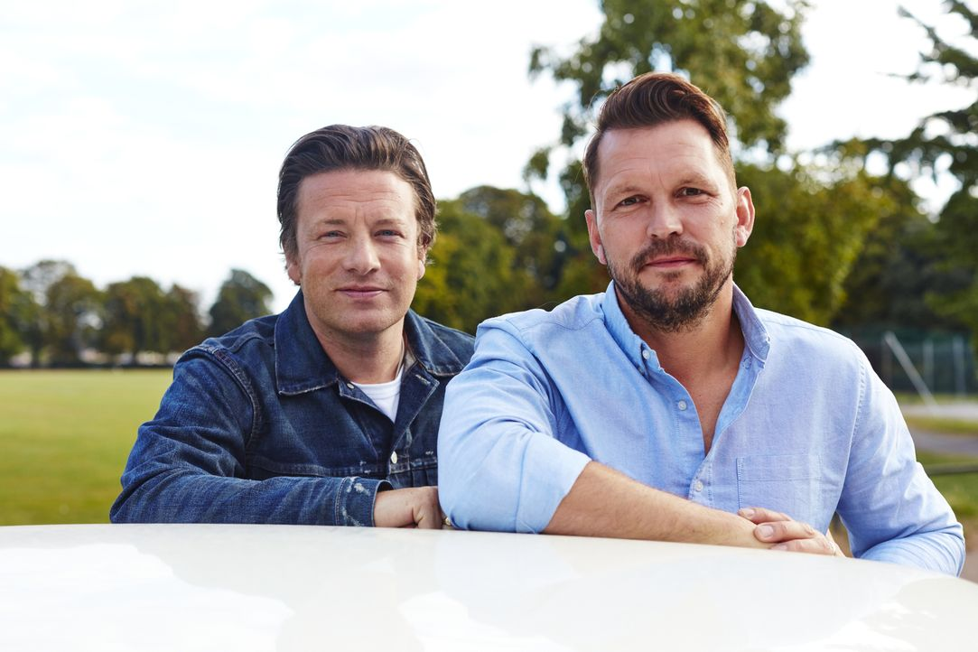 Brechen gemeinsam zu neuen kulinarischen Abenteuern auf und bekommen dabei prominente Küchenhelfer: Jamie Oliver (l.) und Jimmy Doherty (r.) ... - Bildquelle: David Loftus 2016 Jamie Oliver Enterprises Limited/ David Loftus
