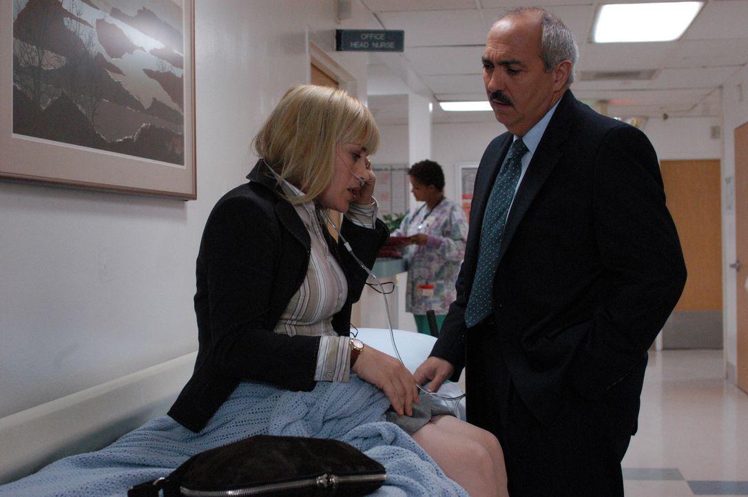 Eine äußerst heftige Vision hat Allison (Patricia Arquette, l.) körperlich stark mitgenommen. Devalos (Miguel Sandoval, r.) steht ihr bei, bis si... - Bildquelle: Paramount Network Television